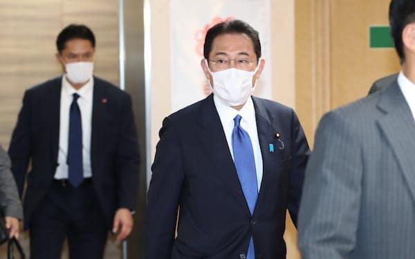自民党本部に入る岸田総裁(3日)