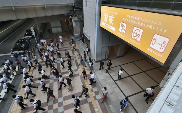 緊急事態宣言が解除された1日、マスク姿で通勤する人たち(JR大阪駅前)