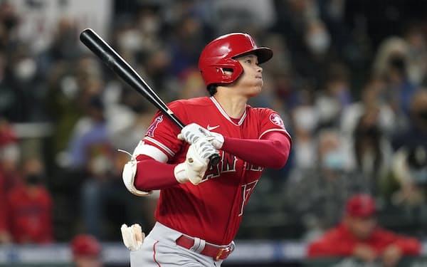 初回に右翼席へ46号となる先頭打者本塁打を放つ大谷=AP