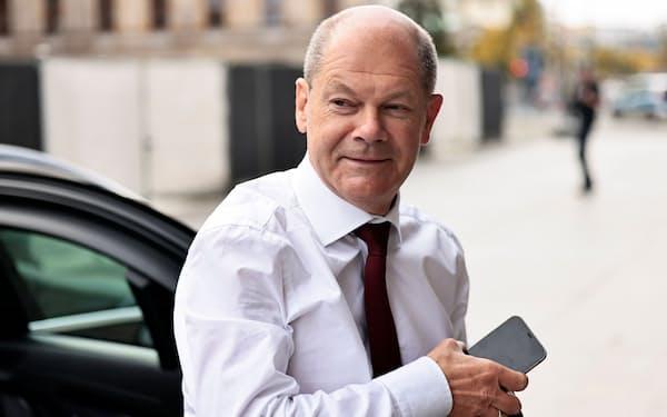 社民党の首相候補、ショルツ氏を連立交渉の壁が待ち受けている(9月28日、ベルリン)=ロイター