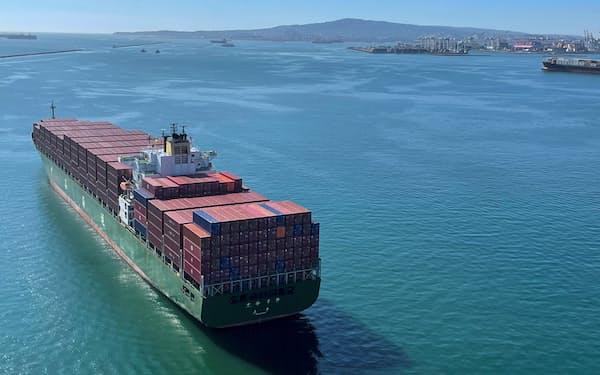 米カリフォルニア州のロサンゼルス港とロングビーチ港周辺で待機するコンテナ船(10月1日)=ロイター