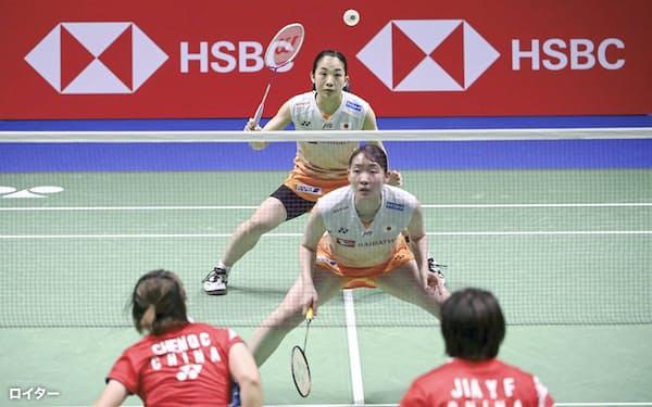 女子ダブルスで強豪の中国ペアと戦う松本(手前)、松友組(3日、バンター)=ロイター