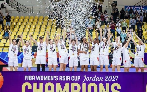 アジア杯5連覇を達成し、表彰式で喜ぶ女子日本代表(3日、アンマン)=国際バスケットボール連盟提供・共同