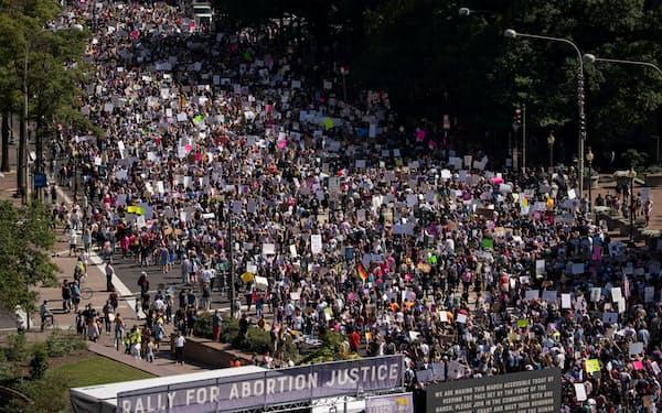 2日、米ワシントンで人工妊娠中絶の権利を訴えて連邦最高裁に向けて行進する人々(ロイター=共同)