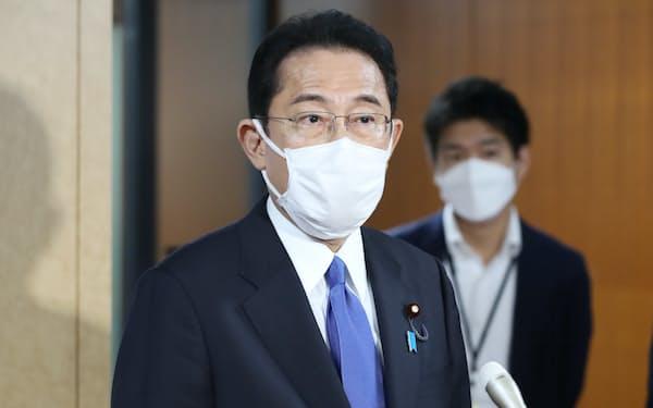 記者の質問に答える自民党の岸田総裁(1日、自民党本部)