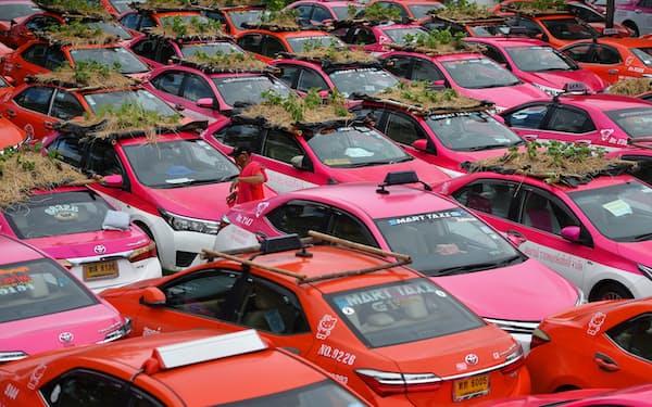 バンコクでは観光需要の激減により大量のタクシーが放置されている(9月)=ロイター
