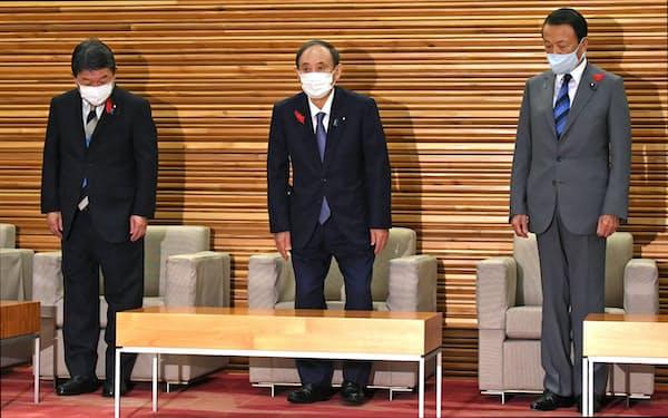 最後の閣議に臨む菅首相(4日午前、首相官邸)