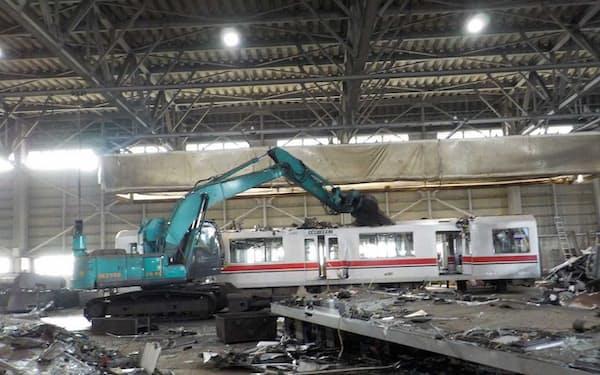 鉄道車両の解体の様子。重機を使いパーツを取り外していく