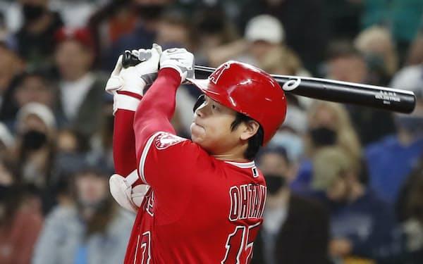 今季最終戦のマリナーズ戦で46号となる先頭打者本塁打を放つエンゼルス・大谷=共同