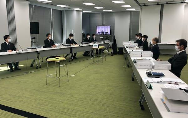 原子力規制委員会(左側)は日本原子力発電の本店で立ち入り検査を始めた(4日、東京都台東区)