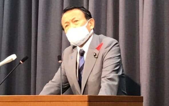 退任会見に臨む麻生太郎財務・金融担当相(4日午前、東京・霞が関の財務省)