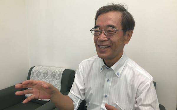 インタビューに応じる金沢和夫氏(神戸市内)