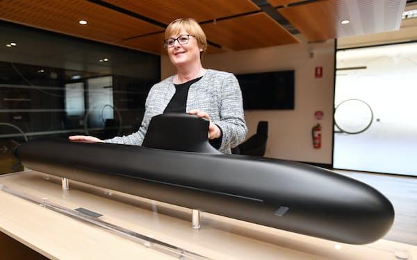 ナバル・グループの潜水艦模型と写真におさまるレイノルズ国防相(当時、2020年)=AAP