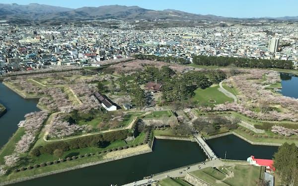 観光が主産業の函館の経済はコロナで打撃を受けている(五稜郭タワー展望台から見下ろした五稜郭)