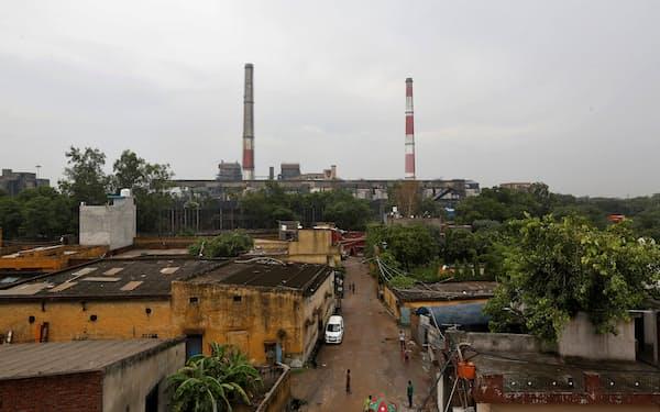 世界的な石炭価格の上昇で電力不足への懸念が広がっている(ニューデリーの火力発電所)=ロイター