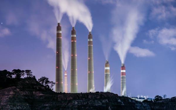 アジアは脱炭素化とエネルギーの安定供給が課題になっている(インドネシアの石炭火力発電所、ロイター)