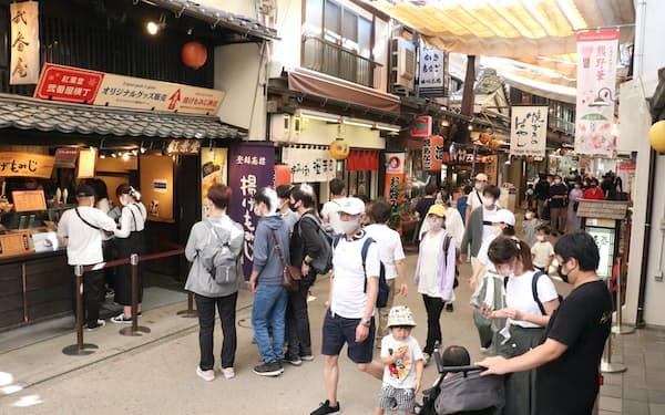 宮島の表参道商店街は観光客でにぎわった(3日、広島県廿日市市)