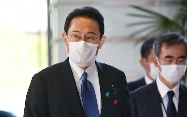 首相官邸に入る岸田氏(4日)