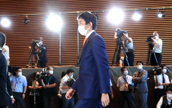 経済安保相に決まり、首相官邸に入る小林鷹之氏(4日)