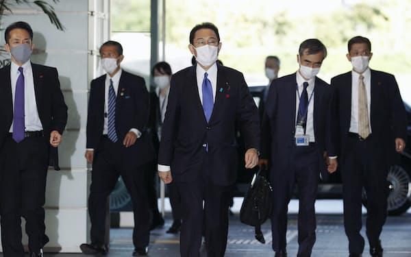 首相官邸に入る岸田文雄首相(中央)=4日午後2時50分