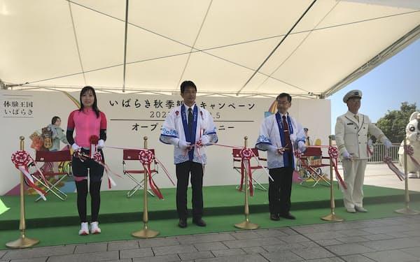 2日の式典には大井川和彦知事(左から2人目)や小川一路・JR東日本水戸支社長(同3人目)が参加