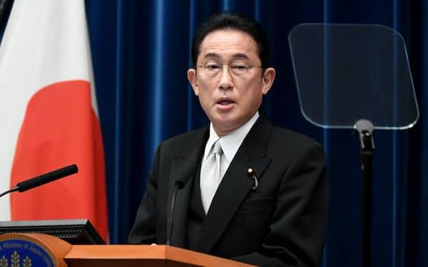 記者会見する岸田首相(4日、首相官邸)