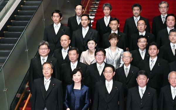 初閣議を終え、記念写真に納まる岸田首相と新閣僚(4日、首相官邸)