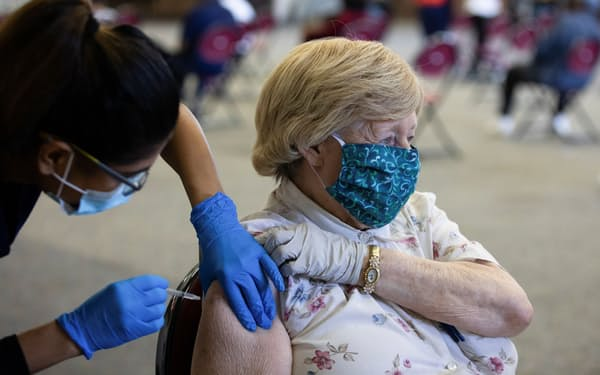 米国では高齢者などへの追加接種が始まった=ロイター