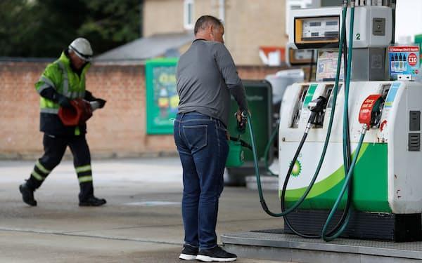 原油高はガソリン高に直結する(9月、英国の給油所)=ロイター