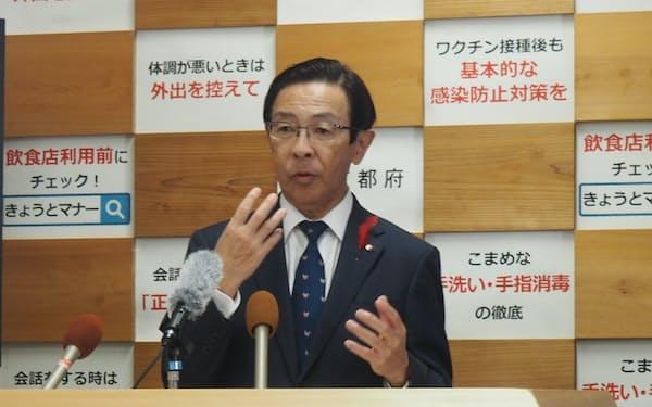 補正予算案について説明する京都府の西脇隆俊知事(5日、京都府庁)