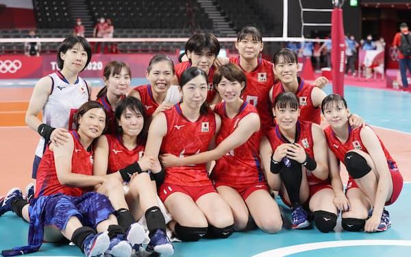 東京五輪に出場した女子日本代表。五輪直後に新シーズンが始まるVリーグの盛り上がりに期待したい=共同