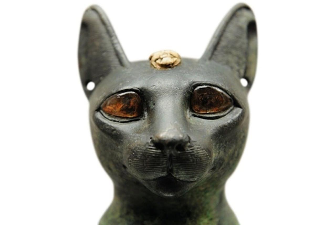ネコの像で表現された女神バステト。紀元前7世紀。コペンハーゲン、ニイ・カールスベルグ・グリプトテク美術館(PRISMA/ALBUM)