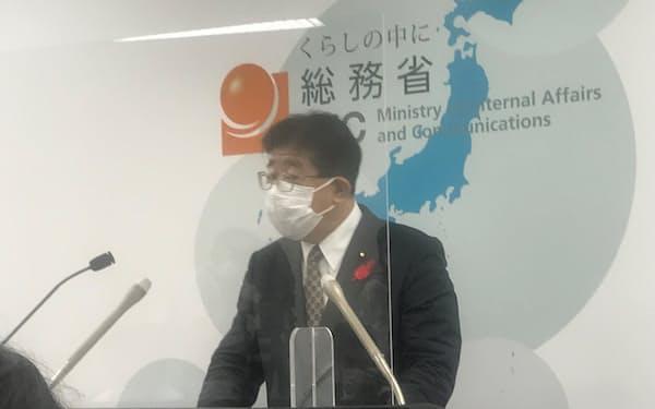 記者会見する金子総務相(5日午前、総務省)