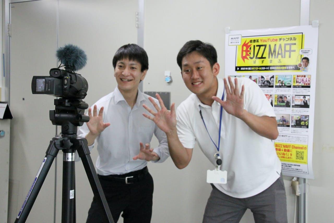 お互いを「戦友」と位置付ける白石さん㊨と松岡さん(動画の収録風景)
