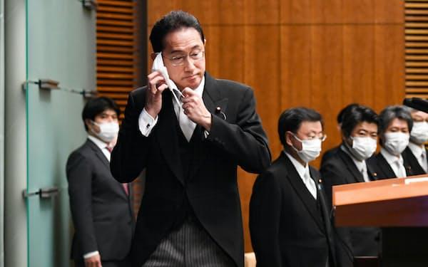 記者会見に臨む岸田首相(4日、首相官邸)