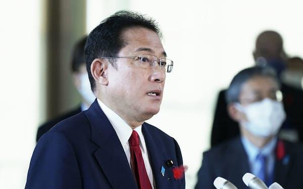 記者団の質問に答える岸田首相=5日午前、首相官邸