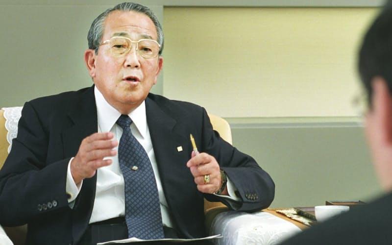 京セラ取締役名誉会長当時の稲盛和夫氏(2002年5月)