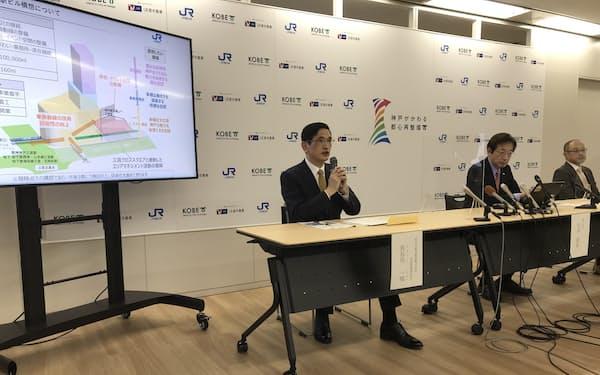JR三ノ宮駅新ビルの概要について説明するJR西日本の長谷川社長(5日、神戸市内)