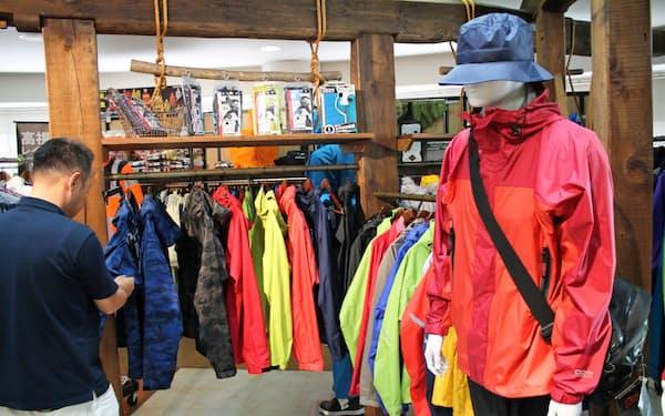 カジュアル衣料としても使える商品の開発を進めている(本社内のレインコートの展示スペース)
