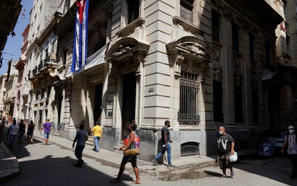 キューバ経済は新型コロナウイルスの直撃も受けた(8月、ハバナ)=ロイター