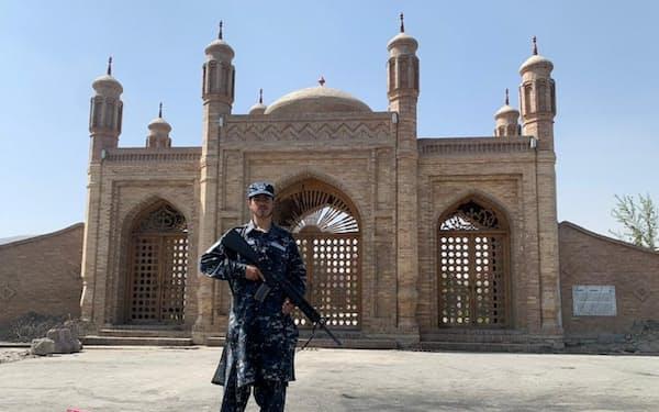 4日、カブールの爆発現場近くを警備するタリバンの兵士=ロイター