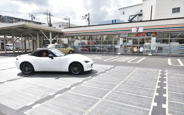 セブンイレブンの駐車場に設置された仏コラスの太陽光発電舗装(相模原市)