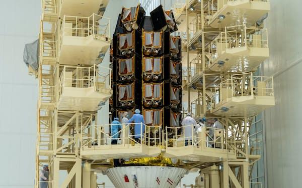 欧州のテック系スタートアップでは英ワンウェブが調達額が最も多かった(写真は2021年5月、ロシアのボストチヌイ宇宙基地で英ワンウェブの衛星を搭載したロケットに集まる専門家たち)=ロイター