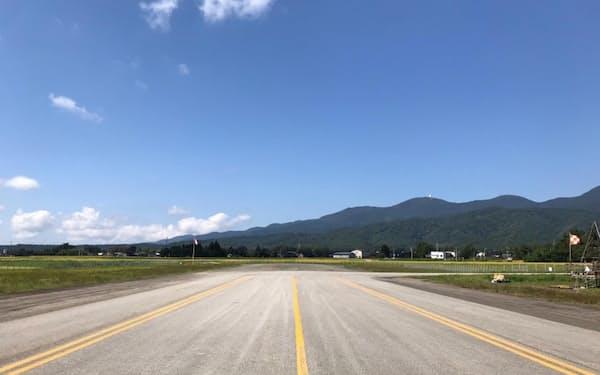 滑走路の先にある着陸帯の使用可能性が焦点だ。右に曲がると駐機場がある(佐渡空港)