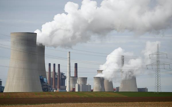 温暖化ガスの排出コストは高まり続けている(19年、ドイツ西部ケルンの石炭火力発電所)=ロイター