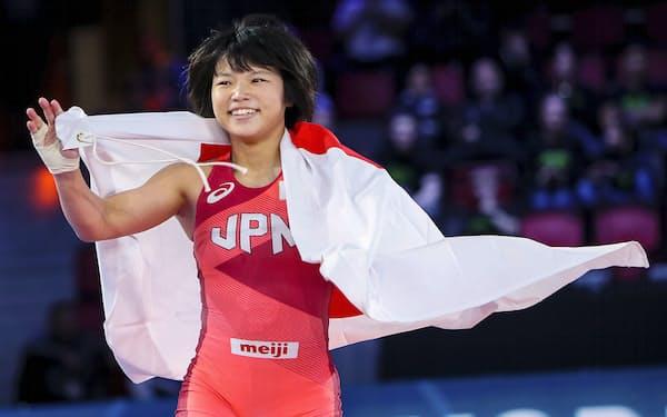 女子55キロ級で優勝し喜ぶ桜井つぐみ(5日、オスロ)=共同