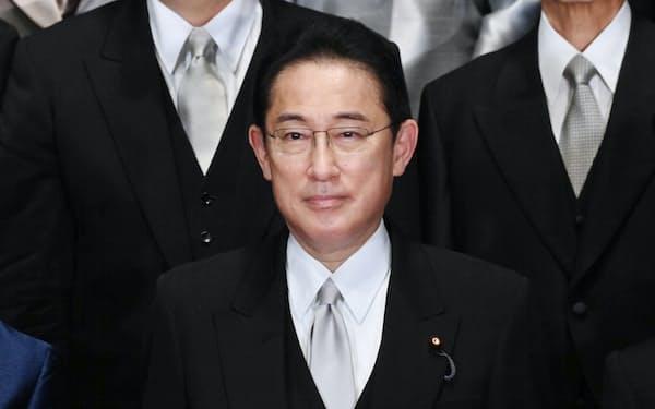 初閣議を終え、記念写真に納まる岸田首相(4日、首相官邸)