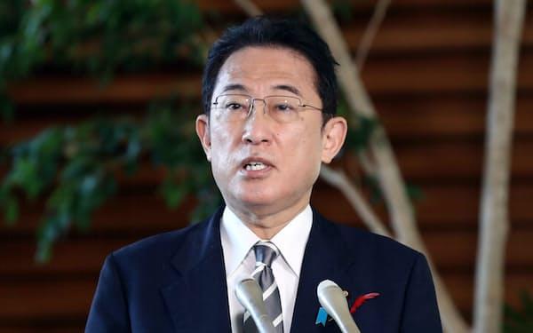 報道陣の質問に答える岸田首相(6日午前、首相官邸)