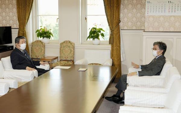 会談に臨む自民党の森山国対委員長(左)と立憲民主党の安住国対委員長(6日午前、国会)=共同