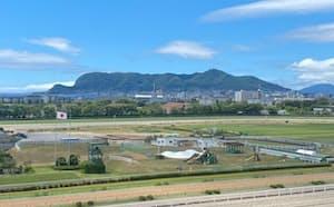 函館の放送席から見た函館山